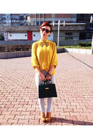 golden necklace - light gray jeans - mustard shirt - dark green c&a bag