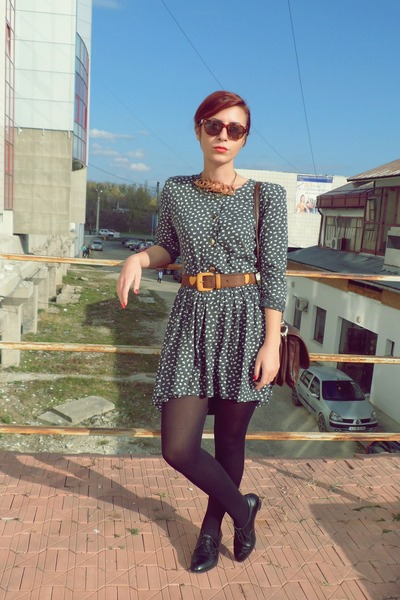 patterned vintage dress - leather shoes - faux leather bag - sunglasses