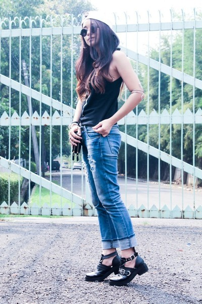 cut-off boots Decimal boots - boyfriend jeans Zara jeans - white snapback hat