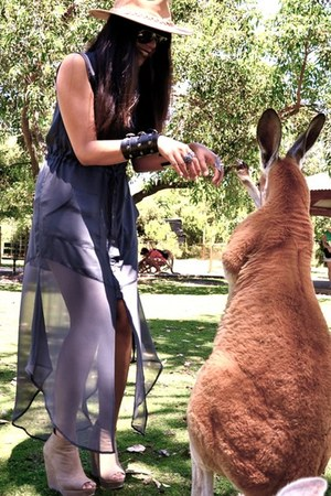 gray safari Shakuhachi dress - tan Australian bush hat