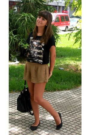 camel shorts - black t-shirt