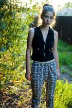 light pink patterned H&M pants - black Forever 21 vest - black Forever 21 wedges