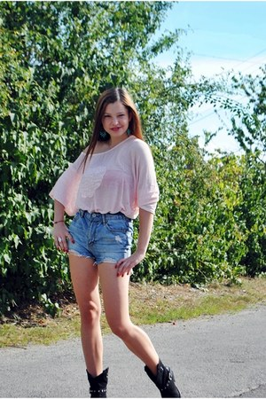 black Benvenuti boots - sky blue Amisu shorts - peach blouse