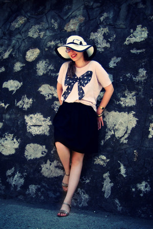light pink Bershka t-shirt - white hat - gold sandals - black skirt