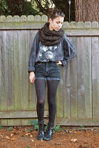 charcoal gray The Mountain shirt - black Forever 21 boots - black Jujubes scarf