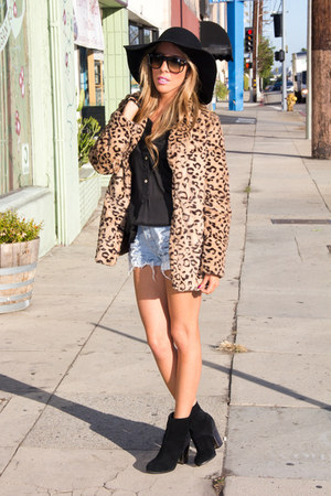 tan faux fur HAUTE & REBELLIOUS coat - black wool HAUTE & REBELLIOUS hat