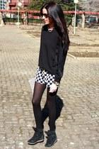 Zara shorts - Zara sweatshirt - Bimba y Lola necklace - hakei sneakers