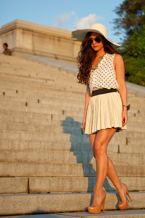 neutral straw hat Marley Lilly hat - nude pumps Alejandro Ingelmo shoes