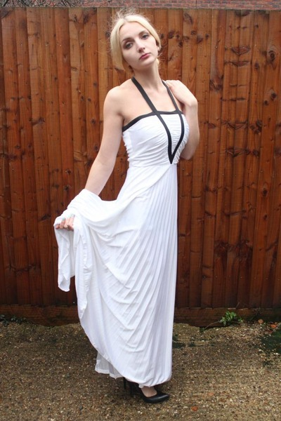 white pleated maxi DollsMaison dress - black leather vintage DollsMaison heels