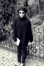 black skinny BDG jeans - black sweater - black lennon round sunglasses