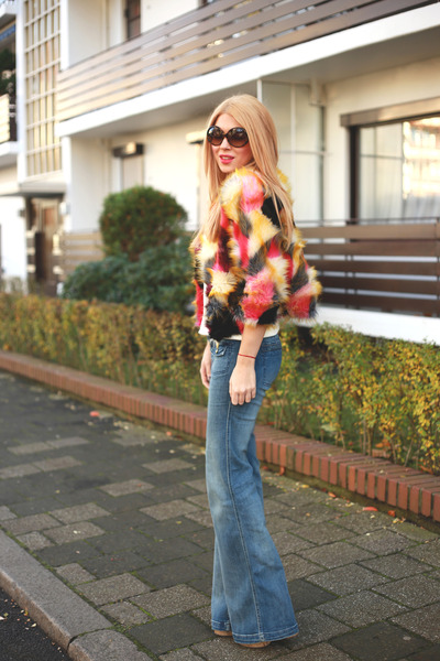 blue flared Tommy Hilfiger jeans - red faux fur Sheinside jacket