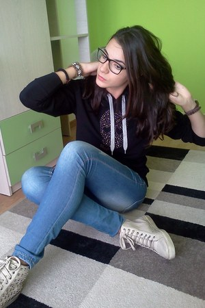bracelet - shoes - jeans - glasses - blouse