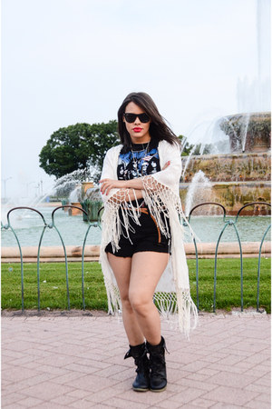 Akira shorts - Ray Ban sunglasses - Zara cape - Forever 21 t-shirt