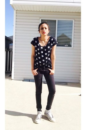black H&M jeans - heather gray Converse shoes - black daisy Urban Outfitters top