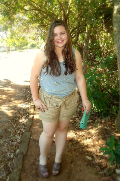 light brown corello clogs - turquoise blue bag - camel Espao Fashion shorts