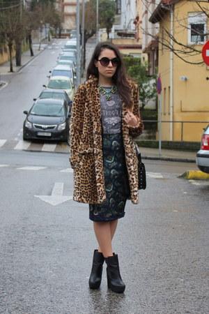 brown faux fur Zara coat - black Zara boots - gray pull&bear t-shirt