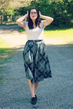 black graphic print vintage skirt - white Fred Meyer shirt