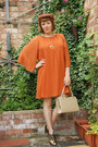 Gold-shoes-orange-dress-tan-vintage-bag