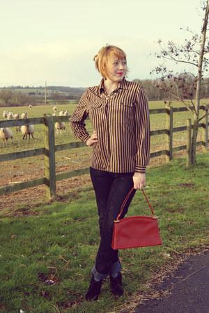 black jeans - crimson shirt - ruby red bag