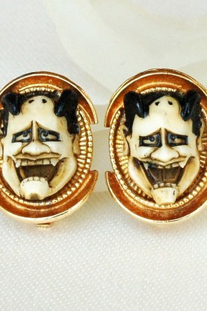 cream Vintage Florenza-Art Devil earrings