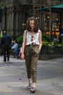 Army-green-cargo-stradivarius-pants-white-flowered-andrea-martínez-top