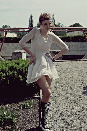 white lace H&M Trend dress - black black and white Converse sneakers