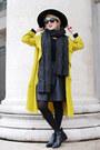 Black-pointy-zign-boots-yellow-trench-zara-coat