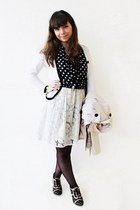 white lace thecolorIS dress - cream trench Stradivarius coat