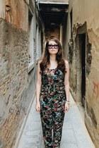 tan metallic H&M ring - magenta velvet Italia Independent sunglasses