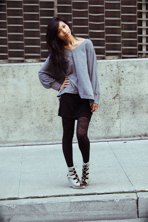 Gray-t-shirt-black-larok-skirt-black-urban-outfitters-tights-gray-jeffrey-