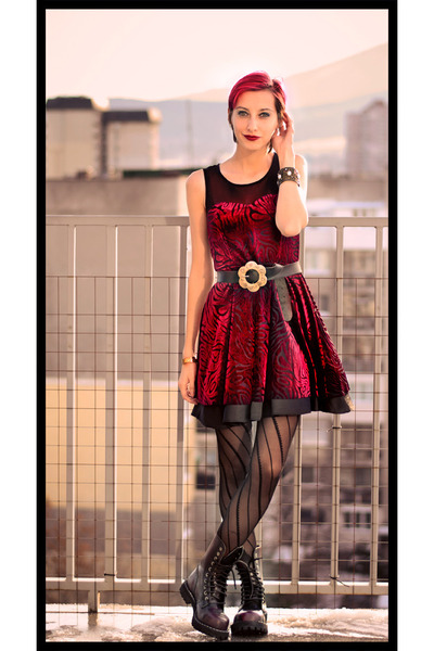 metal toe cap Steel boots - red velvet second hand dress