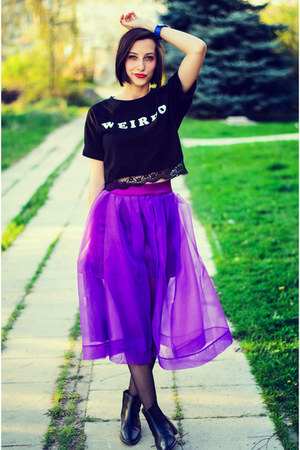 organza midi Choies skirt - black ankle second hand boots - Choies t-shirt