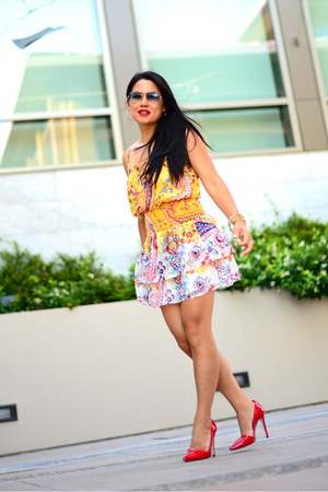 paisley smocked Bebe dress - aviator Ray Ban sunglasses - Alice and Olivia heels