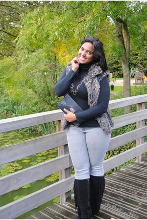 Knitting in style vest - black suede boots - silver denim Yes or No jeans