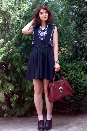 navy floral thrifted top - crimson vintage purse - peach socks