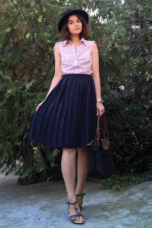 navy pleated thrifted skirt - black hat - black longchamp purse