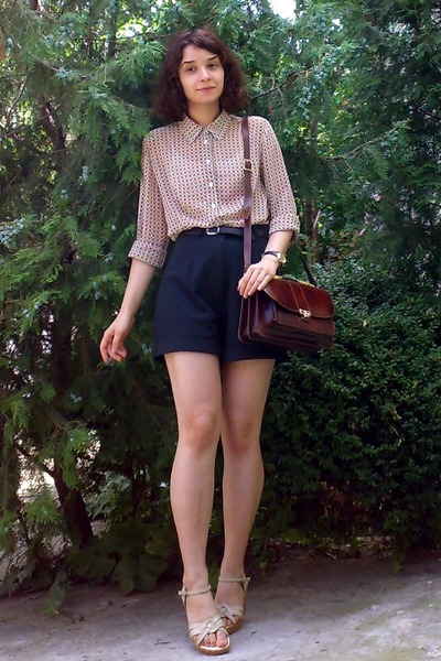 Crimson-leather-vintage-purse-black-high-waisted-thrifted-shorts