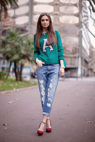 blue boyfriend jeans pull&bear jeans - green Lefties sweater