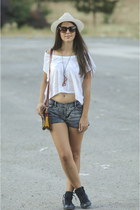Fedora hat - shorts - white t-shirt - black Converse sneakers