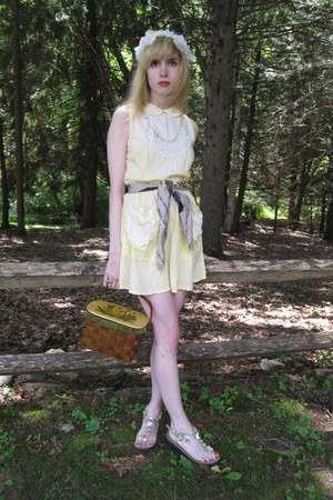 light yellow daisy vintage laura lee dress - ivory flower vintage hat - camel fl