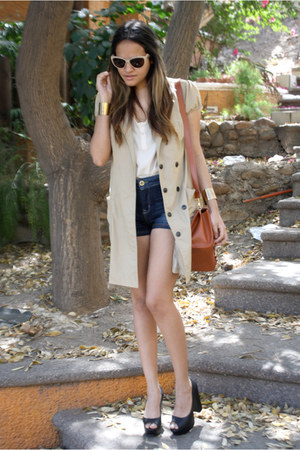 eggshell trench Sarah Bustani coat - navy high waisted pull&bear shorts