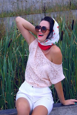 red next scarf - white vintage shorts - dark brown Mango sunglasses