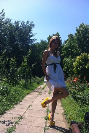yellow BSB heels - white Oysho dress