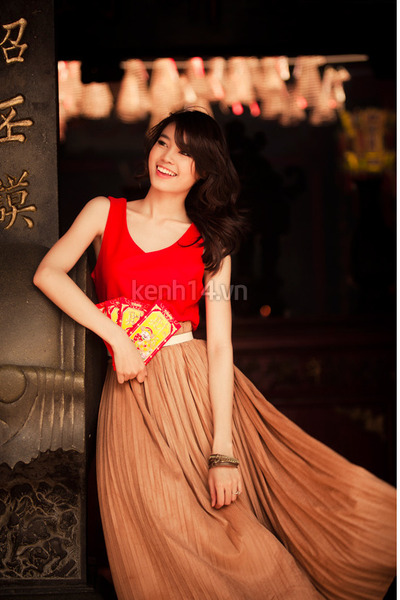 dark brown pleated skirt skirt - red top