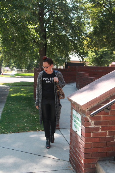 black kohls boots - black graphic Amazon shirt - dark brown Gucci bag