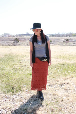 black combat LEI boots - black vintage hat - heather gray Target shirt