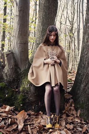 a1d4d25db439 dark brown longchamp bag - mustard Chloe heels - tan personal creation cape