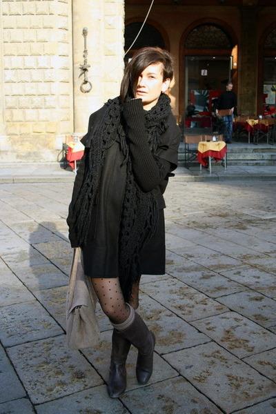 amen coat - Zara boots - H&M scarf - Stradivarius socks - H&M tights