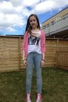 sky blue Bik Bok jeans - white Bik Bok t-shirt - bubble gum GINA TRICOT cardigan