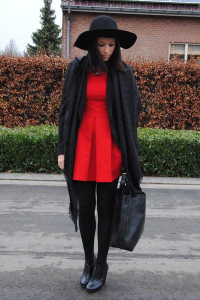 48eb225a734 black H M hat - red Zara dress - black Louis Vuitton scarf - black romwe bag